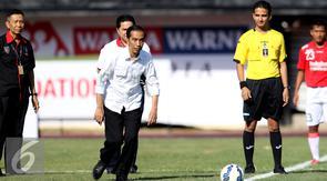 Presiden Joko Widodo bersiap melakukan tendangan pembuka turnamen Piala Presiden 2015 di Stadion Kapten I Wayan Dipta, Gianyar, Bali, Minggu (30/8/2015). 16 tim ambil bagian di turnamen yang digelar di empat kota. (Liputan6.com/Helmi Fithriansyah)