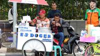 Seorang pedagang es doger menjajakan dagangannya di sisi jalan sekitar kawasan Patung Kuda Jakarta, Rabu (5/1/2019). Mereka mencoba peruntungan saat para buruh melakukan aksi perayaan Hari Buruh International atau May Day. (Liputan6.com/Helmi Fithriansyah)