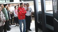 Presiden Joko Widodo mendengarkan penjelasan mengenai reaktivasi jalur kereta api dari pihak PT KAI di Stasiun Cibatu, Garut, Jawa Barat, Jumat (18/1). Dalam kunjungan kerja ini, Jokowi didampingi Ibu Negara Iriana Joko Widodo. (Liputan6.com/Angga Yuniar)