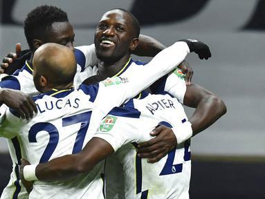 Para pemain Tottenham Hotspur merayakan gol yang dicetak oleh Moussa Sissoko ke gawang Brentford pada laga Piala Liga Inggris, di London, Rabu (06/01/2021). Spurs menang dengan skor 2-0. (Glyn Kirk/Pool via AP)