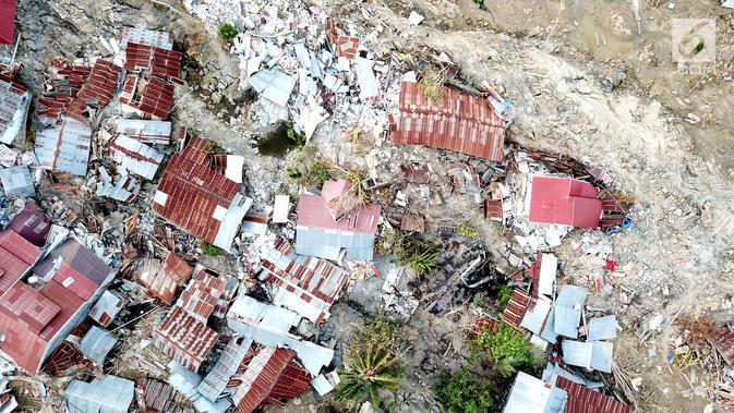 Pantauan udara ratusan rumah terendam lumpur dan tanah di Petobo, Palu Selatan, Sulawesi Tengah, Rabu (3/10). Menurut BNPB, sedikitnya 744 rumah terendam akibat fenomena likuifaksi. (Liputan6.com/Fery Pradolo)