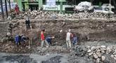 Pekerja Suku Dinas Sumber Daya Air Jakarta Timur menyelesaikan perbaikan turap di Kali Utan Kayu, Jakarta, Rabu (15/7/2020). Perbaikan turap yang ditargetkan rampung pada akhir Agustus 2020 tersebut bertujuan memperlancar aliran kali dan mencegah terjadinya banjir. (merdeka.com/Iqbal S. Nugroho)