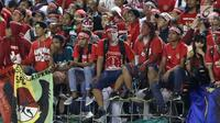 Suporter timnas U-22 Indonesia mengenakan ikat kepala saat menyaksikan laga penyisihan Grup B melawan Timnas Vietnam U-22 di Stadion Selayang, Selangor, Selasa (22/8). Indonesia bermain imbang melawan Vietnam dengan skor 0-0. (Liputan6.com/Faizal Fanani)