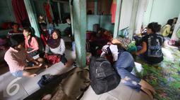 Para PRT infal berbincang sambil menunggu pesanan di penyedia tenaga kerja Bu Gito, Jakarta, Kamis (30/6). Menjelang lebaran, permintaan PRT inval meningkat 10% dibanding tahun lalu, dengan tarif Rp140ribu perhari. (Liputan6.com/Immanuel Antonius)