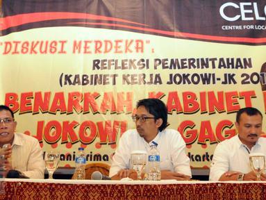 """Politikus PDI Perjuangan Masinton Pasaribu (kiri) bersama Direktur Eksekutif Energy Watch, Ferdinand Hutahaean (kanan) saat melakukan diskusi bertajuk """"Benarkah Kabinet Kerja Jokowi-JK Gagal?"""" di Jakarta, Kamis (24/12). (Liputan6.com/Helmi Afandi)"""