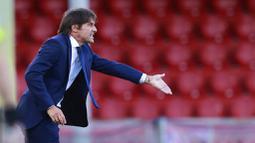 Pelatih Inter Milan, Antonio Conte, memberikan arahan kepada anak asuhnya saat melawan Romelo Lukaku ke gawang Benevento pada laga Liga Italia di Stadion Ciro Vigorito, Rabu (30/9/2020). Inter Milan menang dengan skor 5-2. (Alessandro Garofalo/LaPresse via AP)