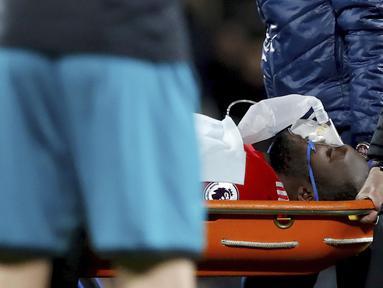 Pemain Manchester United, Romelu Lukaku mendapat perawatan medis usai menderita cedera kepala saat melawan Southampton pada lanjutan Premier League di Old Trafford, Manchester, (30/12/2017). MU hanya bermain imbang 0-0. (Martin Rickett/PA via AP)