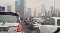 Imbas banyaknya peziarah yang memadati kawasan Karet Bivak, kendaraan mengular hingga jalan layang non tol Satrio. (@djandri)