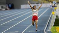 Pelari Indonesia Triyaningsih berlari mencapai garis finis dalam cabang olahraga atletik nomor lari 10 km putri SEA Games 2017 di Stadion Nasional Bukit Jalil, Malaysia, Kamis (24/8). (Liputan6.com/Faizal Fanani)
