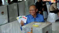 Usai mencoblos Mantan KSAD Jenderal Purn Pramono Edhie Wibowo memamerkan surat suaranya kepada para wartawan di TPS 006 Nagrak Gunung Putri Bogor pada Rabu (9/4/14)(Liputan6.com/Helmi Fithriansyah)
