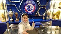 Pebulutangkis asal Iran, Samin Khojasteh, berpose di mini-museum saat mengunjungi official store Arema FC, Sabtu (21/9/2021). (Dok. Arema FC)