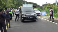 Sejumlah petugas gabungan melakukan penyekatan mengantisipasi kunjungan wisatawan di jalur Puncak, Bogor dan Cianjur, untuk mencegah kerumunan orang di tengah darurat wabah COVID-19. (Achmad sudarno/Liputan6)