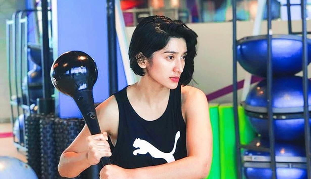 Bukan rahasia lagi kalau berolahraga bisa membuat aura seseorang semakin terlihat. Hal tersebut juga terlihat di aktris Fanny Ghassani. Fanny memang gemar berolahraga dan selalu terlihat bersemangat. (Liputan6.com/IG/@fannyghassani)