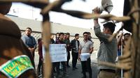 Mahasiswa berunjuk rasa di Kantor Kejati Sulsel menuntut penuntasan kasus korupsi yang mangkrak bertahun-tahun (Liputan6.com/ Eka Hakim)