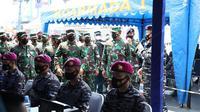 Panglima TNI Marsekal TNI Hadi Tjahjanto meninjau langsung proses vaksinasi AstraZeneca kepada 130.000 prajurit TNI di Mako Komando Lintas Laut Militer (Kolinlamil) Tanjung Priok, Jakarta Utara, Jumat (26/3/2021).