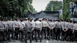 Petugas kepolisian berjaga saat massa aksi yang tergabung dalam Aliansi Badan Eksektutif Mahasiswa Seluruh Indonesia (BEM SI) menggelar aksi longmarch menuju Istana Merdeka, Jakarta, Senin (22/5). (Liputan6.com/Faizal Fanani)