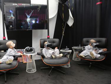 Lucunya Biksu Cilik Bermain Virtual Reality dengan Layanan 5G