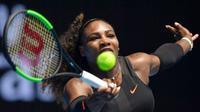 Serena Williams, melenggang mulus ke babak kedua Australia Terbuka 2016 setelah menang dua set langsung atas Belinda Bencic, Selasa (17/1/2017). (AP/Andri Brownbill)