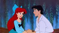 Cinta butuh perjuangan. Princess Ariel di The Little Mermaid bahkan rela meninggalkan lautan dan kehilangan suara agar bisa bertemu sang pangeran. Lebih enak jomblo atau berkorban segalanya? (PopSugar)