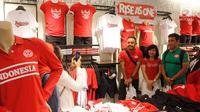 Pengunjung foto besama dengan atlet olahraga berprestasi pada peluncuran koleksi pakaian terbaru Giordano bertema #oneINDONESIA di Jakarta, Kamis (9/8). Pakaian yang didominasi warna merah untuk memeriahkan Asian Games ke-18. (Liputan6.com/HO/Dodi)