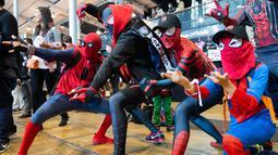 Para Cosplayers berpakaian seperti Spidermen beraksi selama Comic Convention Comic Con 2018 di Grande Halle de la Villette di Paris (26/10). (AFP Photo)