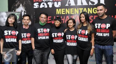 Sejumlah selebriti mendatangi Komisi Nasional Perlindungan Anak Indonesia, Jakarta, Kamis (2/7/2015). Kasus yang menimpa Angeline di Bali membuat sejumlah selebriti mencetuskan kampanye 'Stop Kekerasan Pada Anak'. (Liputan6.com/Panji Diksana)