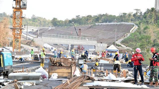 Konstruksi ruas Tol Salatiga-Kartasura sepanjang 32 km yang merupakan bagian dari Tol Semarang-Solo ditargetkan rampung pada November 2018. (Dok Kementerian PUPR)