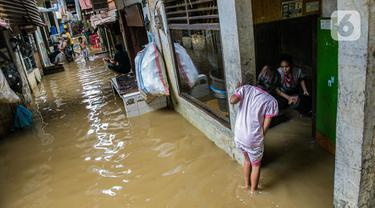 FOTO: Bersih-Bersih Sisa Banjir Kampung Melayu