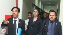 Ekspresi Sheila Marcia (tengah) usai mengikuti sidang mediasi di Pengadilan Negeri Tangerang, Selasa (20/7). Mediasi antara Sheila dan Kiki Mirano mengalami titik buntu. (Liputan6.com/Herman Zakharia)