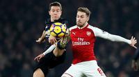 Pemain Manchester United Ander Herrera berebut bola dengan pemain Arsenal, Aaron Ramsey di pertandingan Liga Inggris di stadion Emirates, London (2/12). (AP Photo/Kirsty Wigglesworth)