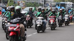 Pengemudi ojek online melakukan konvoi di Jalan Medan Merdeka Barat, Jakarta, Selasa (27/3). Mereka bergerak dari IRTI Monas menuju seberang Istana Merdeka untuk menuntut Pemerintah melakukan rasionalisasi tarif. (Liputan6.com/Arya Manggala)