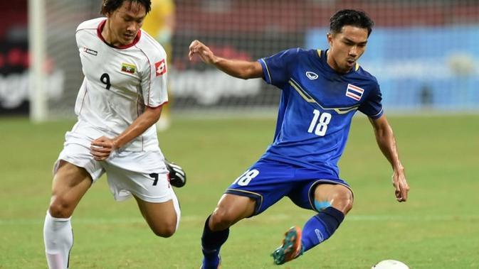 Pemain tim nasional Thailand, Chanathip Songkrasin (kanan). (AFP/Roslan Rahman)#source%3Dgooglier%2Ecom#https%3A%2F%2Fgooglier%2Ecom%2Fpage%2F%2F10000
