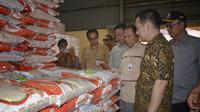 Wakil Ketua Komisi IV DPR RI Daniel Johan meninjau Gudang Bulog Divre Kalimantan Barat di Wajo.