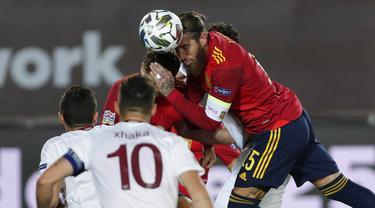 Bek Spanyol, Sergio Ramos, menyundul bola saat melawan Swiss pada laga UEFA Nations League di Stadion Alfredo di Stefano, Minggu (11/10/2020). Spanyol menang dengan skor 1-0. (AP Photo/Manu Fernandez)
