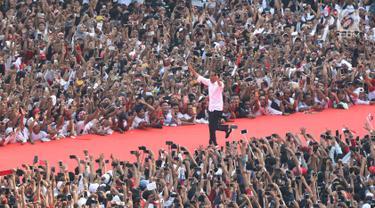 Sambil Berlari, Jokowi Sapa Ribuan Pendukung di Stadion GBK