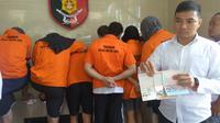 Polda Metro Jaya merilis kasus skimming kartu ATM yang melibatkan eks pemain asing Persebaya. (Liputan6.com/Nafiysul Qodar)