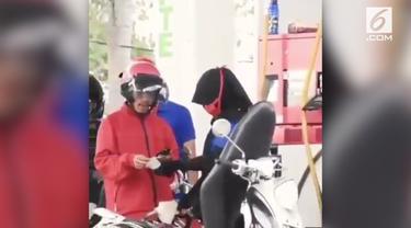 Warganet dikejutkan dengan rekaman seorang pengendara motor yang mengisi BBM Rp 1000.