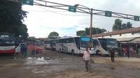 Bus di Terminal Baranangsiang, Bogor, Jawa Barat usai KRL anjlok. (Liputan6.com/Achmad Sudarno)