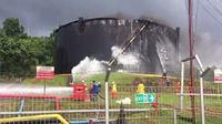 Tangki kilang minyak Pertamina tersambar petir. (Dok Foto: Merdeka.com)