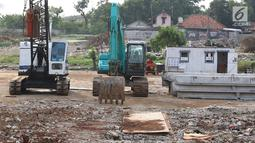 Alat berat terlihat di Terminal Terpadu Depok atau Metro Stater di lahan terminal di Jalan Margonda Raya, Depok, Jawa Barat, Kamis (6/9). (Liputan6.com/Immanuel Antonius)