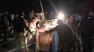 Evakuasi rombongan tenaga medis usai kapalnya bocor (Liputan6.com/Fauzan)