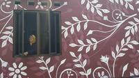 Rumah di Tangerang dihiasi dengan mural bercorak batik. (Liputan6.com/Pramita Tristiawati)