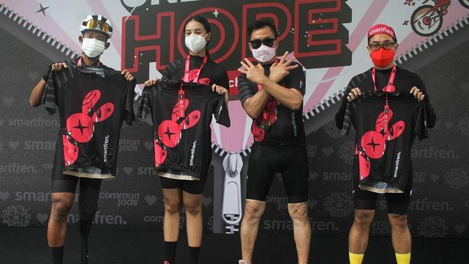 Peluncuran jersey khusus bersepeda Unlimited Hope hasil kokreasi Smartfren, Show The Monster dan Common Spot. (Foto: Smartfren)