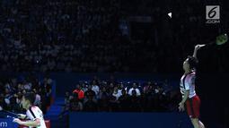 Ganda putra Indonesia, Kevin Sanjaya Sukomuljo/Marcus F Gideon melakukan smesh ke Takuto Inoue/Yuki Kaneko (Jepang) di Final Indonesia Open 2018, Istora GBK, Jakarta, Minggu (8/7). Kevin/Marcus unggul 21-13, 21-16. (Liputan6.com/Helmi Fithriansyah)