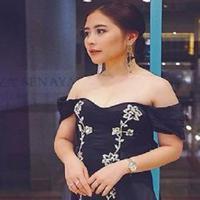 Prilly Latuconsina kenakan gaun yang memperlihatkan bahu. (Instagram/prillylatuconsina96)