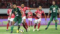 Duel Bali United vs Persebaya di Stadion I Wayan Dipta, Gianyar, Minggu (18/11/2018). (Bola.com/Aditya Wany)