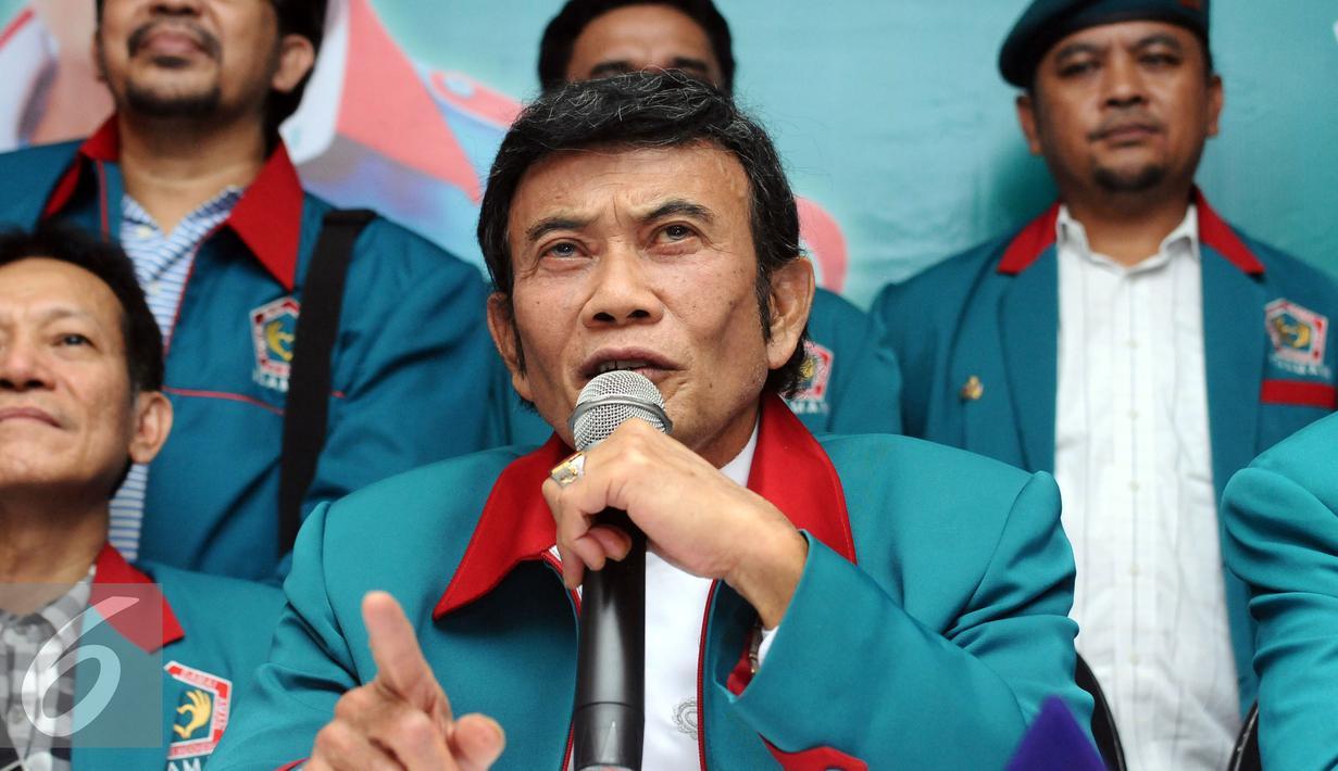 Ketua Umum Partai Idaman, Rhoma Irama memberi keterangan terkait hasil verifikasi Kemenkumham di Jakarta, Minggu (9/10). Menurut Rhoma, Partai Idaman menerima keputusan tidak lolos verifikasi Kemenkumham. (Liputan6.com/Helmi Fithriansyah)