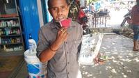 Foto : Antonius Do, penyandang disabilitas yang menjadi penjual koran keliling di Maumere, Kabupaten Sikka, NTT (Liputan6.com/Dion)
