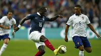 Pemain Prancis Bacary Sagna dalam laga persahabatan di Stade de France di Saint-Denis, Paris (Reuters),