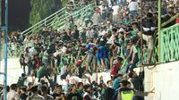 Suporter Persebaya Surabaya, Bonek, hadir di Stadion Gelora Bangkalan, Madura, Senin (2/12/2019), di mana Persebaya menang 3-2 atas Madura United di laga pekan ke-30 Shopee Liga 1 2019. (Bola.com/Aditya Wany)